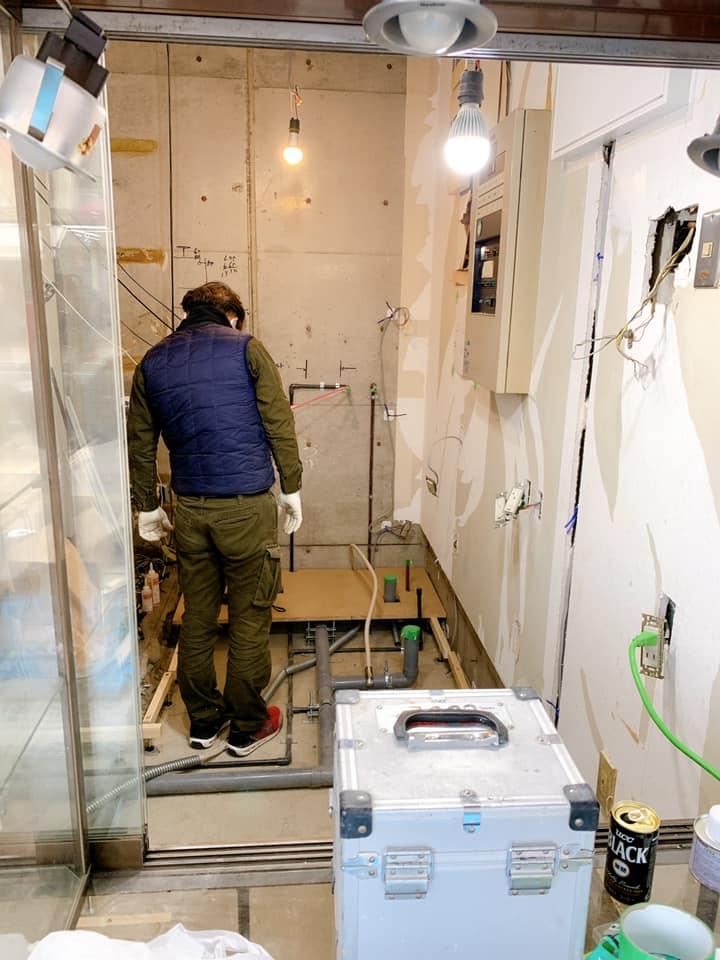 テイクアウト専門のシェアキッチンの内部の床と壁の工事