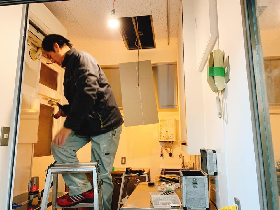 2層シンク、冷凍冷蔵コールドテーブル、冷蔵コールドテーブル、ガスコンロ、手洗い場などの設備が入りました。